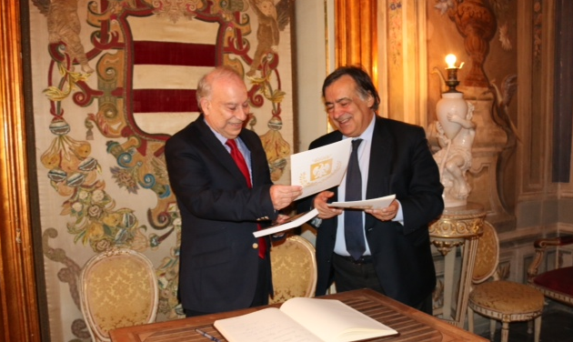 Mayor Orlando of Palermo presenting gifts to Akbar Ahmed